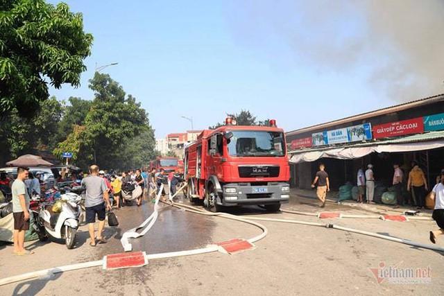 Cháy chợ Tó ở Đông Anh, khu ki-ốt ngàn m2 giữa chợ bị thiêu rụi - Ảnh 4.