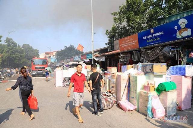 Cháy chợ Tó ở Đông Anh, khu ki-ốt ngàn m2 giữa chợ bị thiêu rụi - Ảnh 5.