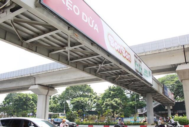 Hà Nội: Nhiều cầu vượt bị dừng lắp đặt biển quảng cáo - Ảnh 2.