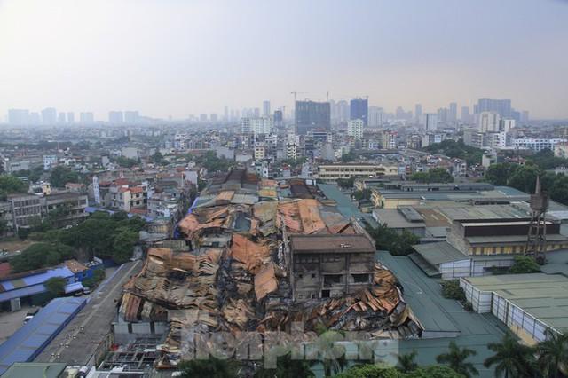 Gần 1 tháng cháy Cty Rạng Đông: Học sinh chưa về, trường mầm non vẫn im lìm - Ảnh 1.