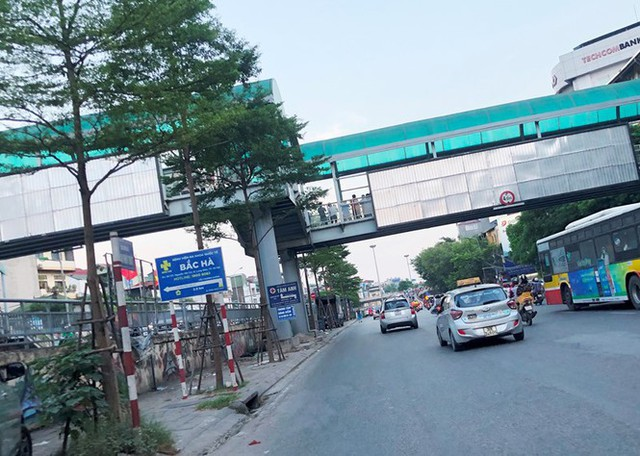 Hà Nội: Nhiều cầu vượt bị dừng lắp đặt biển quảng cáo - Ảnh 3.