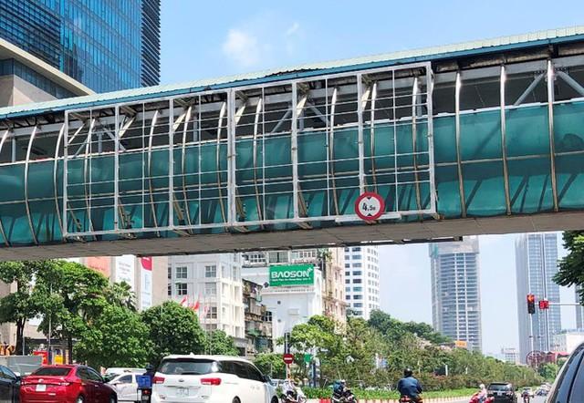 Hà Nội: Nhiều cầu vượt bị dừng lắp đặt biển quảng cáo - Ảnh 4.