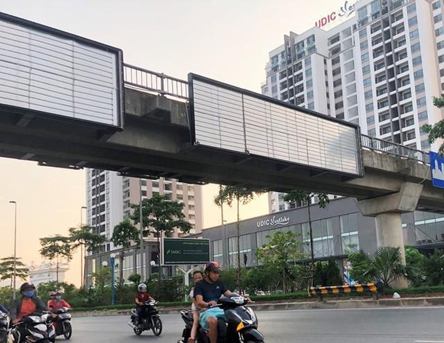 Hà Nội: Nhiều cầu vượt bị dừng lắp đặt biển quảng cáo - Ảnh 5.