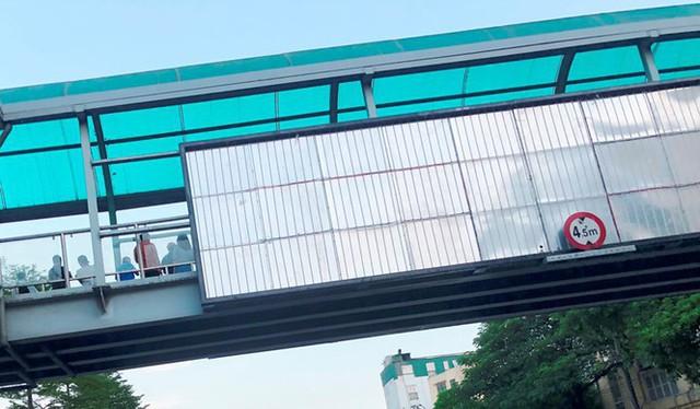 Hà Nội: Nhiều cầu vượt bị dừng lắp đặt biển quảng cáo - Ảnh 7.