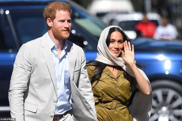 Meghan Markle bị chê kém tinh tế, thua xa chị dâu Kate khi lần đầu tiên đội khăn trùm đầu theo kiểu Hồi giáo - Ảnh 1.