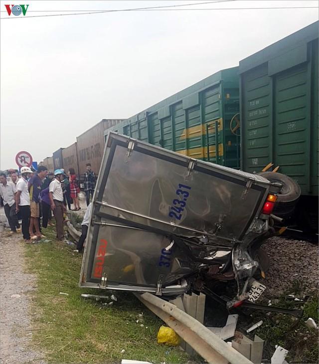 Ảnh: Hiện trường vụ tàu hỏa tông nát xe tải ở Nghệ An - Ảnh 1.