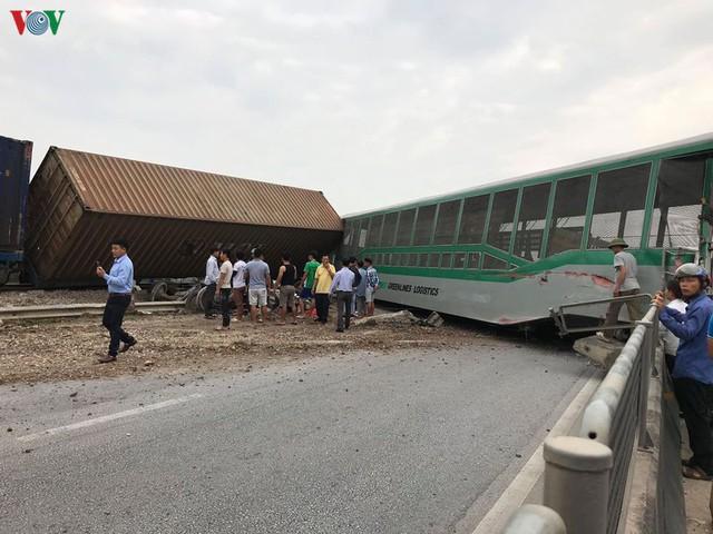 Ảnh: Hiện trường vụ tàu hỏa tông nát xe tải ở Nghệ An - Ảnh 2.