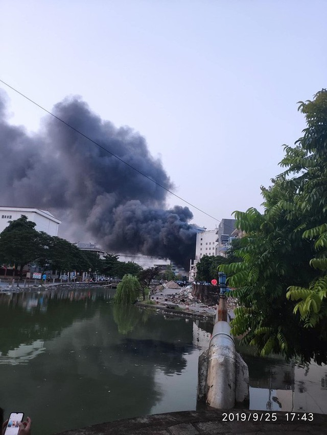 Hải Phòng: Đang cháy lớn tại cửa hàng điện máy Hoàng Gia - Ảnh 2.