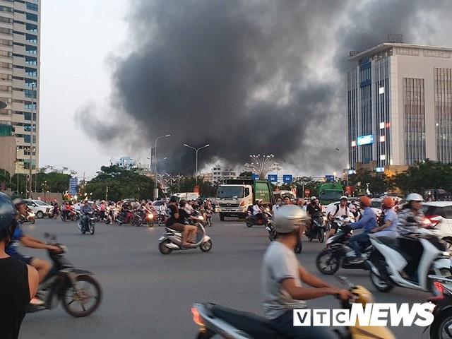 Ảnh: Hiện trường lửa bao trùm kèm tiếng nổ lớn từ siêu thị điện máy ở Hải Phòng - Ảnh 1.