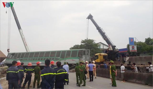 Ảnh: Hiện trường vụ tàu hỏa tông nát xe tải ở Nghệ An - Ảnh 11.