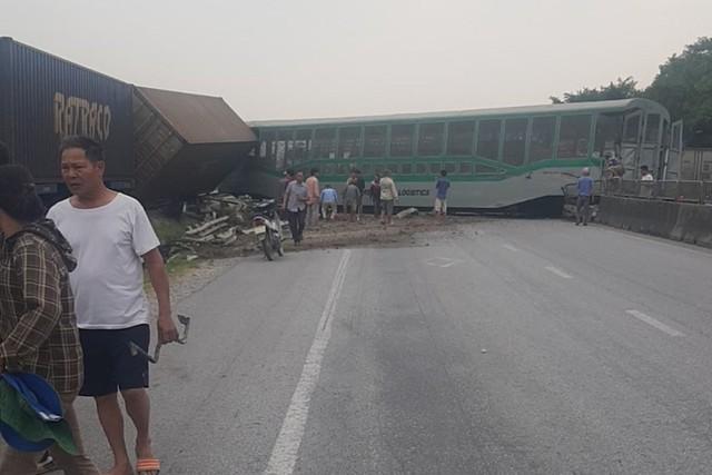 Xe tải vượt đường sắt, tàu hỏa chở hàng đứt khúc la liệt ở Nghệ An - Ảnh 4.