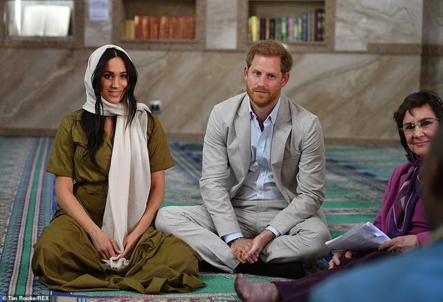 Meghan Markle bị chê kém tinh tế, thua xa chị dâu Kate khi lần đầu tiên đội khăn trùm đầu theo kiểu Hồi giáo - Ảnh 3.