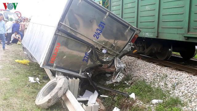 Ảnh: Hiện trường vụ tàu hỏa tông nát xe tải ở Nghệ An - Ảnh 3.