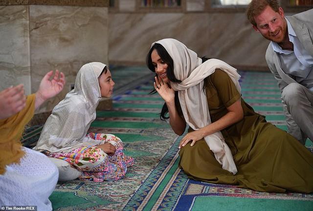 Meghan Markle bị chê kém tinh tế, thua xa chị dâu Kate khi lần đầu tiên đội khăn trùm đầu theo kiểu Hồi giáo - Ảnh 4.