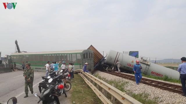 Ảnh: Hiện trường vụ tàu hỏa tông nát xe tải ở Nghệ An - Ảnh 4.