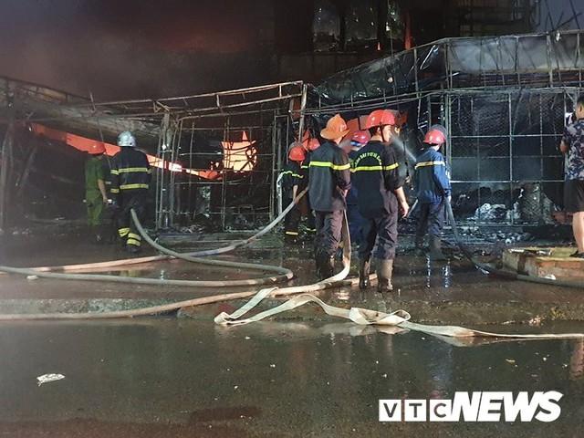 Ảnh: Hiện trường lửa bao trùm kèm tiếng nổ lớn từ siêu thị điện máy ở Hải Phòng - Ảnh 4.