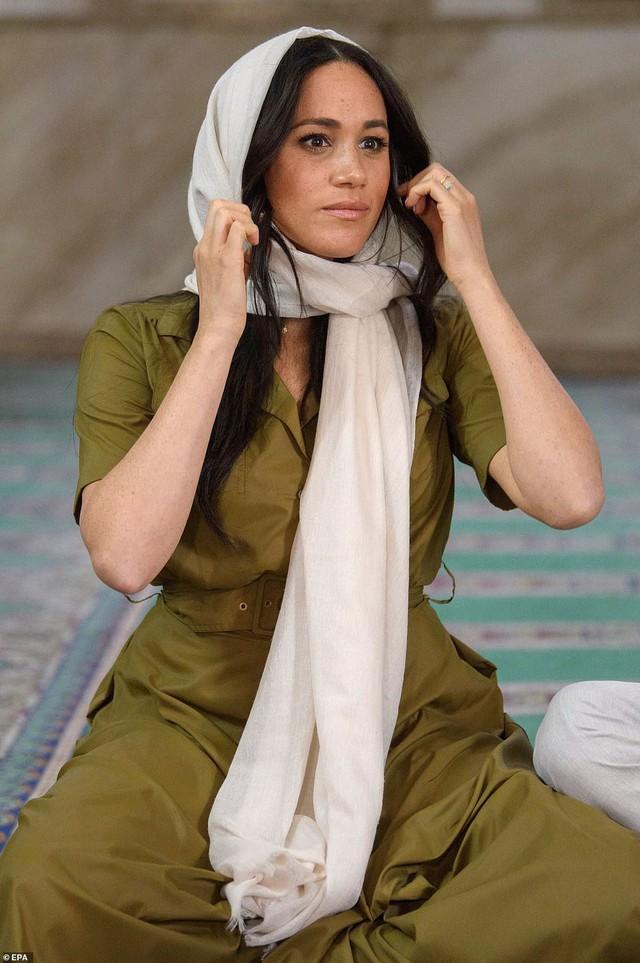Meghan Markle bị chê kém tinh tế, thua xa chị dâu Kate khi lần đầu tiên đội khăn trùm đầu theo kiểu Hồi giáo - Ảnh 5.
