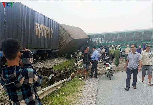 Ảnh: Hiện trường vụ tàu hỏa tông nát xe tải ở Nghệ An - Ảnh 5.