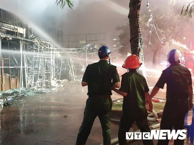 Ảnh: Hiện trường lửa bao trùm kèm tiếng nổ lớn từ siêu thị điện máy ở Hải Phòng - Ảnh 5.