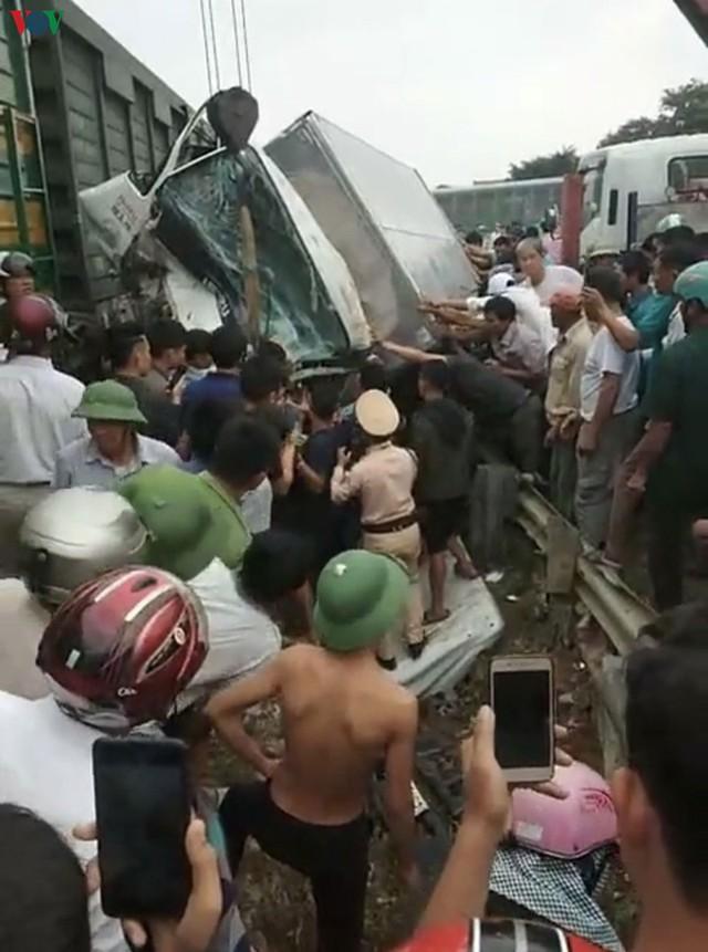 Ảnh: Hiện trường vụ tàu hỏa tông nát xe tải ở Nghệ An - Ảnh 6.