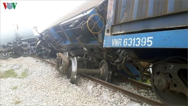 Ảnh: Hiện trường vụ tàu hỏa tông nát xe tải ở Nghệ An - Ảnh 7.