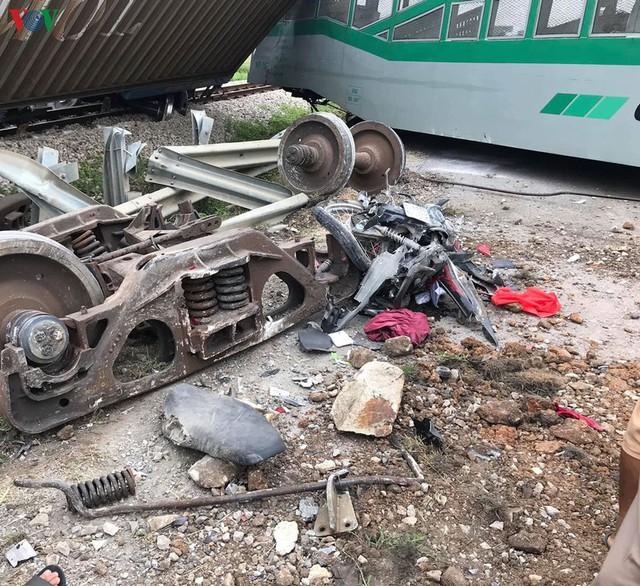 Ảnh: Hiện trường vụ tàu hỏa tông nát xe tải ở Nghệ An - Ảnh 10.
