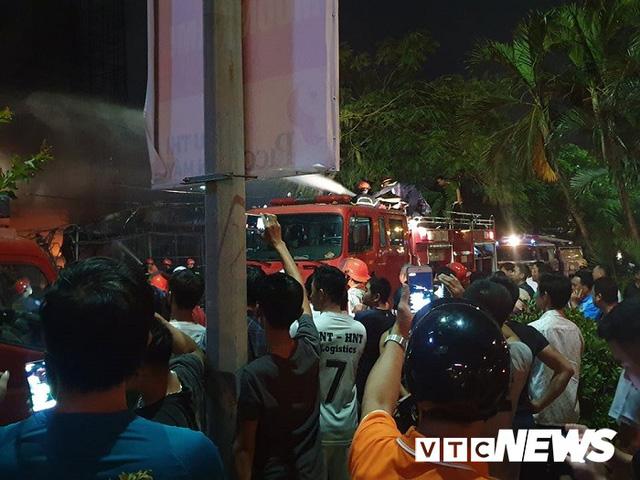 Ảnh: Hiện trường lửa bao trùm kèm tiếng nổ lớn từ siêu thị điện máy ở Hải Phòng - Ảnh 10.