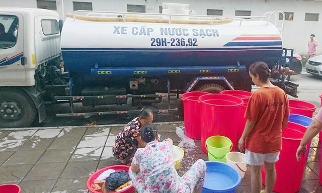 Dân chung cư cao cấp mang xô, chậu xếp hàng chờ mua nước - Ảnh 2.