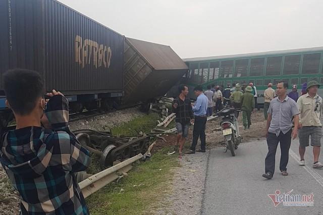 Video tàu hoả đâm nát ô tô tải, đứt văng 4 toa ở Nghệ An - Ảnh 2.