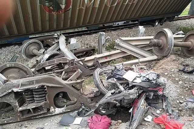 Video tàu hoả đâm nát ô tô tải, đứt văng 4 toa ở Nghệ An - Ảnh 4.