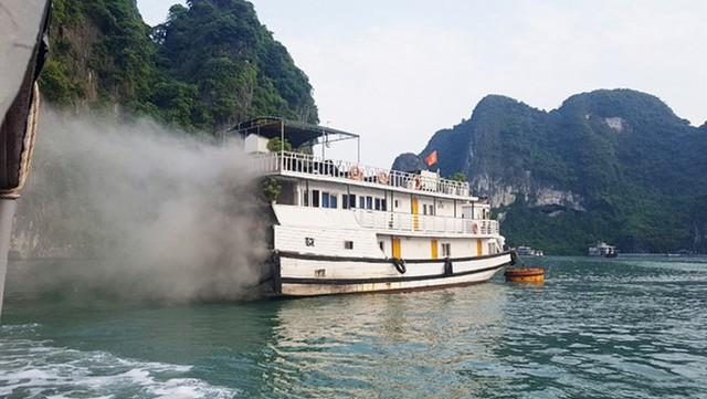 Tàu chở khách du lịch quốc tế thăm vịnh Hạ Long bất ngờ bốc cháy - Ảnh 1.