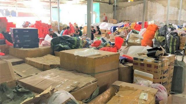Thu giữ gần 1 tỷ đồng hàng hiệu nhập lậu ở Hải Phòng - Ảnh 1.