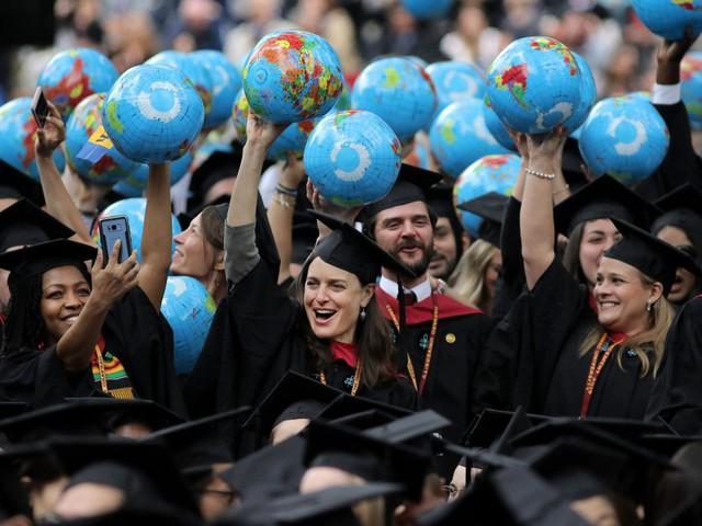Sinh viên Mỹ nợ như chúa chổm - Ảnh 6.