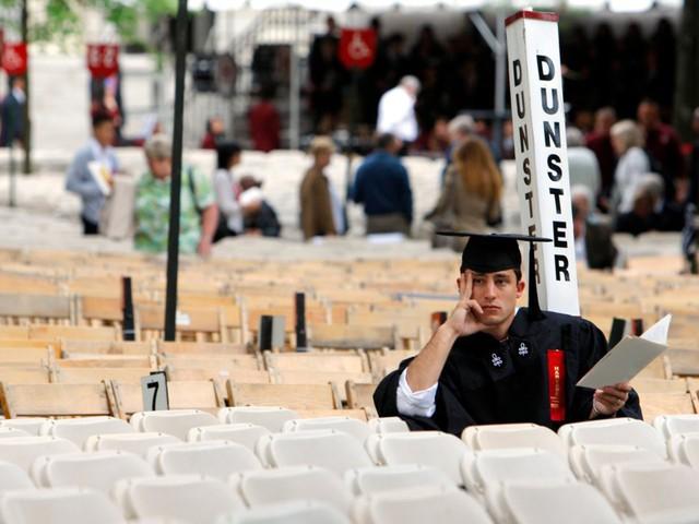 Sinh viên Mỹ nợ như chúa chổm - Ảnh 7.