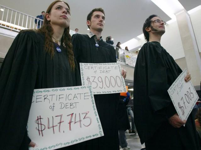 Sinh viên Mỹ nợ như chúa chổm - Ảnh 9.