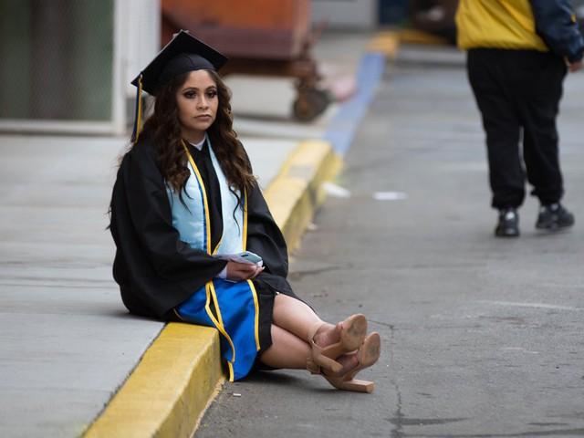Sinh viên Mỹ nợ như chúa chổm - Ảnh 10.