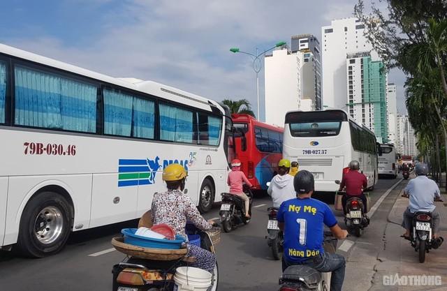 Ảnh: Xe 45 chỗ chở khách du lịch bóp nghẹt giao thông Nha Trang - Ảnh 2.