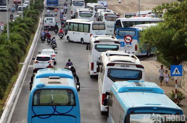 Ảnh: Xe 45 chỗ chở khách du lịch bóp nghẹt giao thông Nha Trang - Ảnh 3.