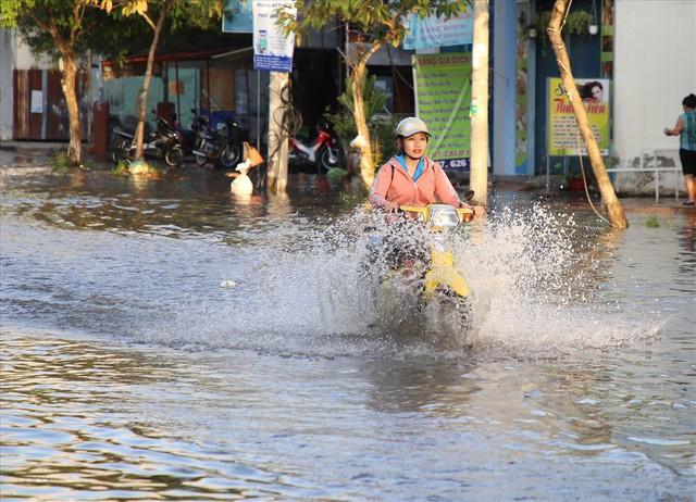 Quốc lộ 1A chìm trong nước, CSGT huy động xe chuyên dụng giải cứu - Ảnh 11.