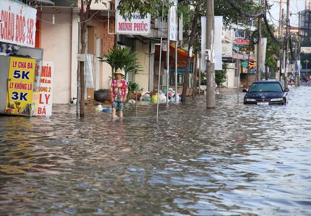 Quốc lộ 1A chìm trong nước, CSGT huy động xe chuyên dụng giải cứu - Ảnh 12.