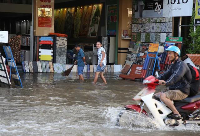 Quốc lộ 1A chìm trong nước, CSGT huy động xe chuyên dụng giải cứu - Ảnh 13.