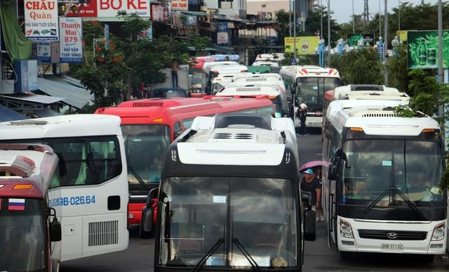 Ảnh: Xe 45 chỗ chở khách du lịch bóp nghẹt giao thông Nha Trang - Ảnh 4.