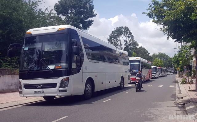 Ảnh: Xe 45 chỗ chở khách du lịch bóp nghẹt giao thông Nha Trang - Ảnh 6.