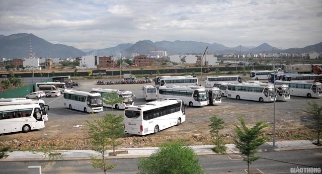 Ảnh: Xe 45 chỗ chở khách du lịch bóp nghẹt giao thông Nha Trang - Ảnh 7.