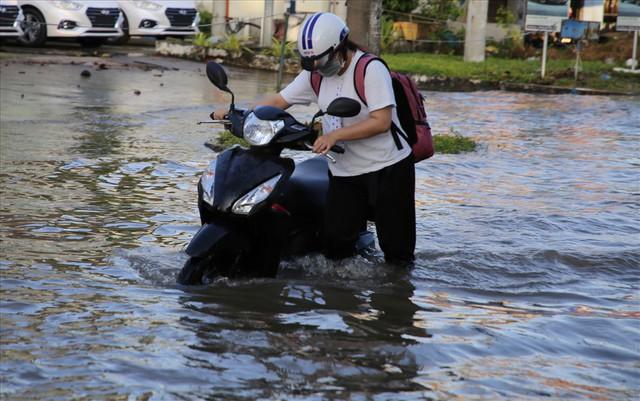 Quốc lộ 1A chìm trong nước, CSGT huy động xe chuyên dụng giải cứu - Ảnh 7.