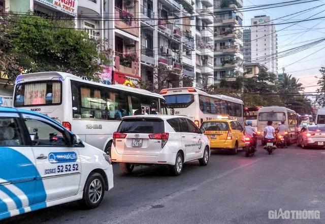 Ảnh: Xe 45 chỗ chở khách du lịch bóp nghẹt giao thông Nha Trang - Ảnh 9.