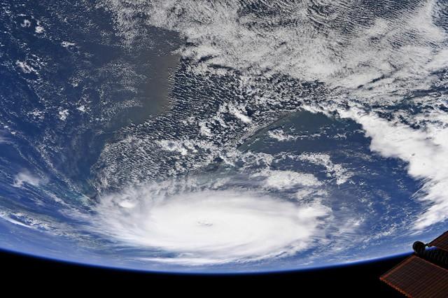 NASA công bố những hình ảnh khủng khiếp về Dorian, siêu bão lớn thứ 2 trong lịch sử - Ảnh 4.