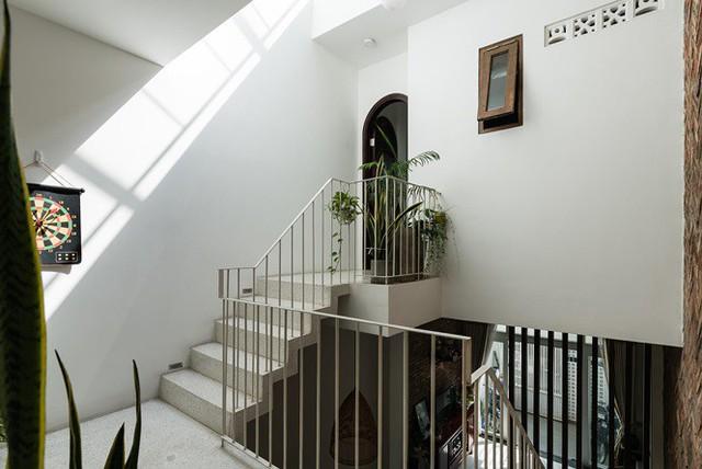 Bố trí bếp dưới vị trí cầu thang, bàn ăn giữa khoảng giếng trời nhằm khai thác tối đa ánh sáng và sự lưu thông gió tự nhiên của ngôi nhà.