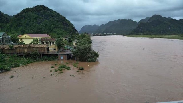 Mưa lớn suốt 2 ngày, thủy điện xả lũ, hàng trăm dân Hà Tĩnh bị cô lập - Ảnh 11.