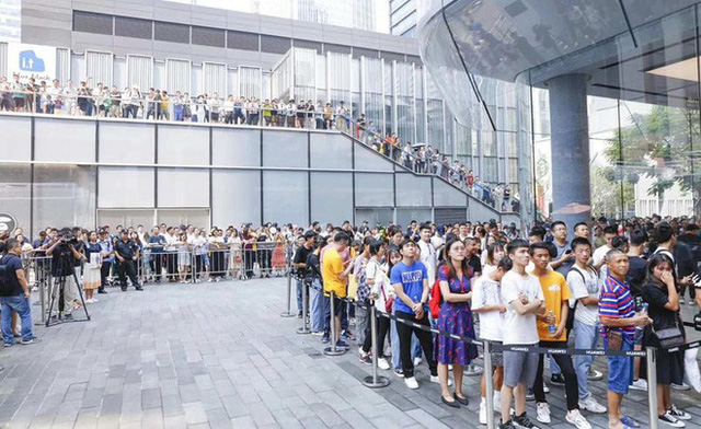 Người Trung Quốc xếp hàng mua điện thoại mới của Huawei - Ảnh 1.